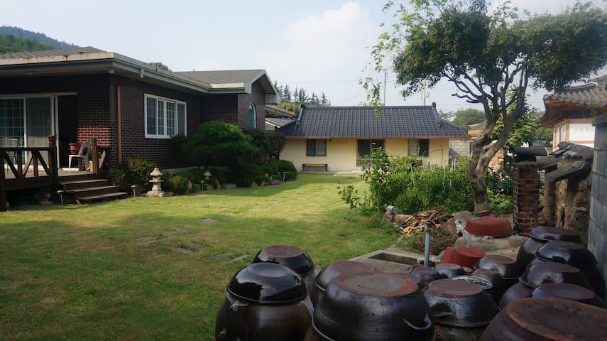 장독대와 집 House and yard