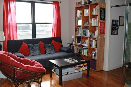 Private bedroom in beautiful Sunnyside, Queens. The train is only a couple of blocks away, in Manhattan in 20 minutes, and at Times Square in 30. The neighborhood is packed with bars and restaurants for relaxing in the evening.