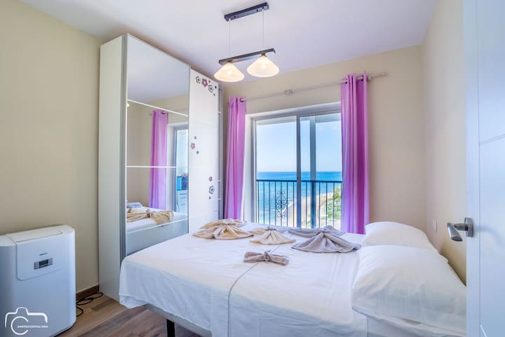 Dormitorio con vistas, bedroom with see views, bed size 1.40x 1.90 cm. towels and sheets included.