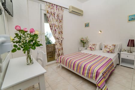 cozy hotel 100m from the beach. 5km from city - Gazi - Bed & Breakfast