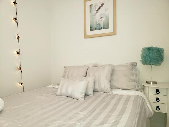 Chic Private Room+Professionally cleaned w/ F WIFI