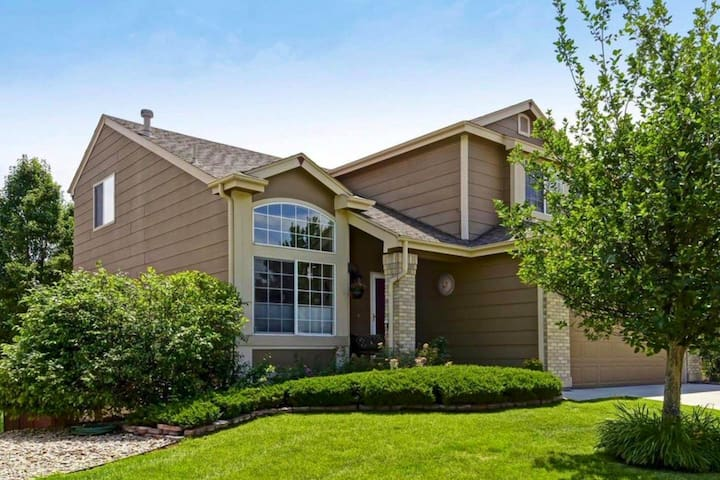 Hot tub corporate home - easy access to E-470!