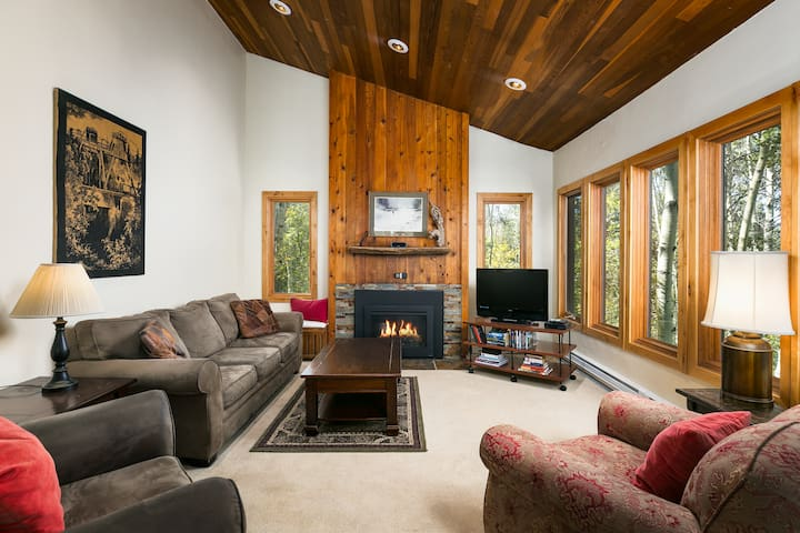 Crescent Ridge 3-bedroom Condo - Walk to Slopes!