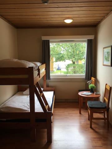 Køyeseng med sengeplass til 2-3 personer.