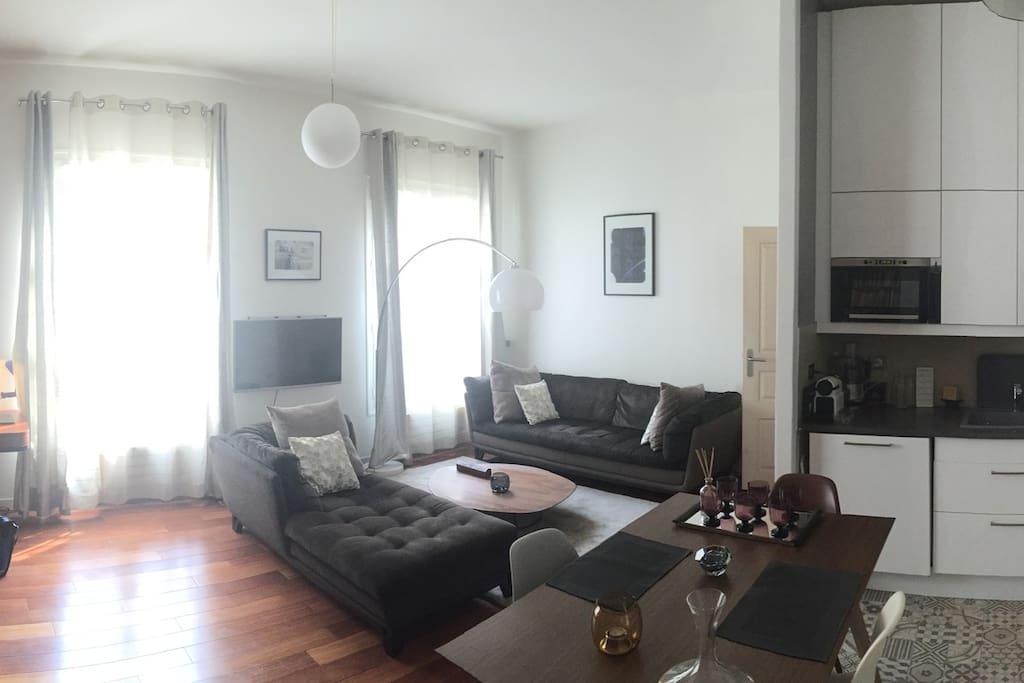 Grande pièce avec cuisine ouverte
