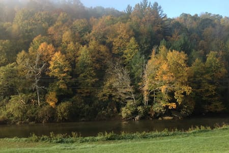 Farmhouse on the New River ! Fall is great ! - Casa