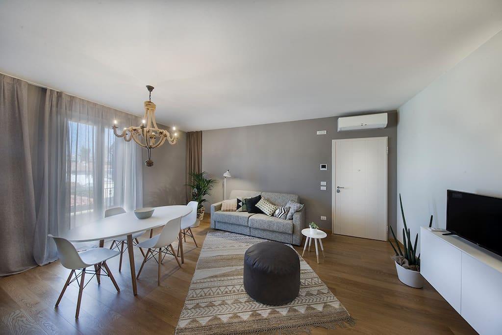 Salotto/Cucina provvista di comodo divano letto. - Living room / kitchen with comfortable sofa bed.