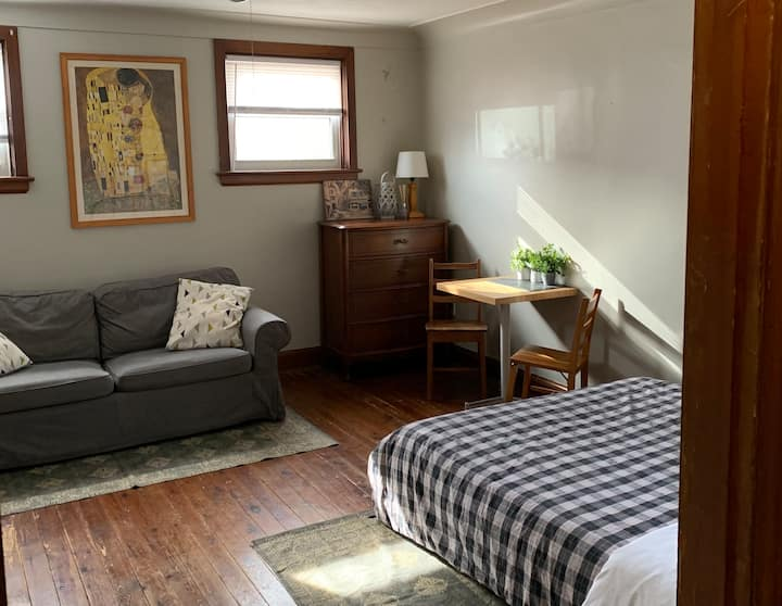 Private guest suite in Westdale, close to McMaster