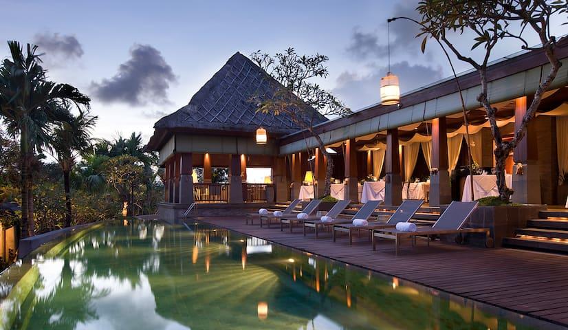 WOW private LUXURY villa w/pool + breakfast