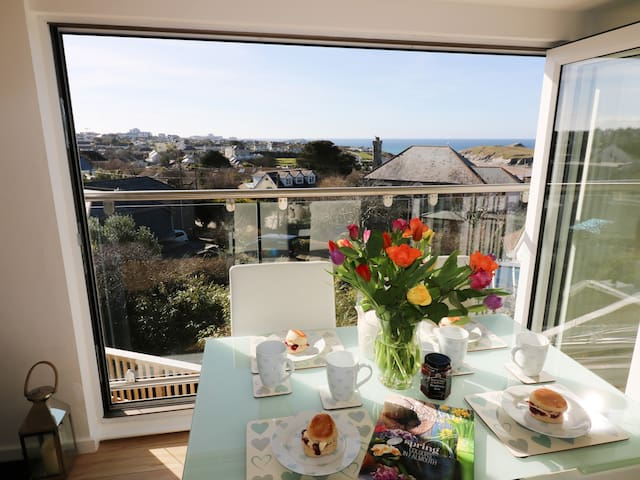 SUNSET VIEW, pet friendly, with hot tub in Porth, Ref 954953