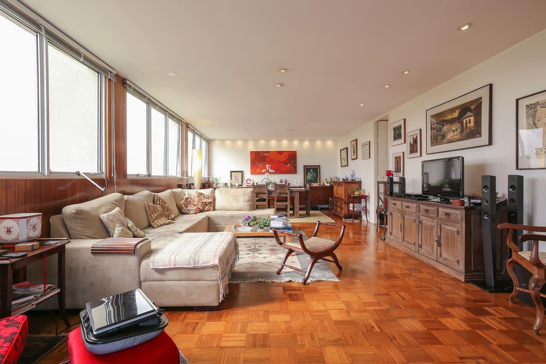 Ampla sala de estar - Large living room