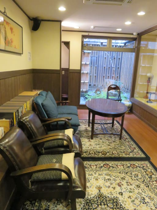 You can appreciate Japanese antiques in Dining space.