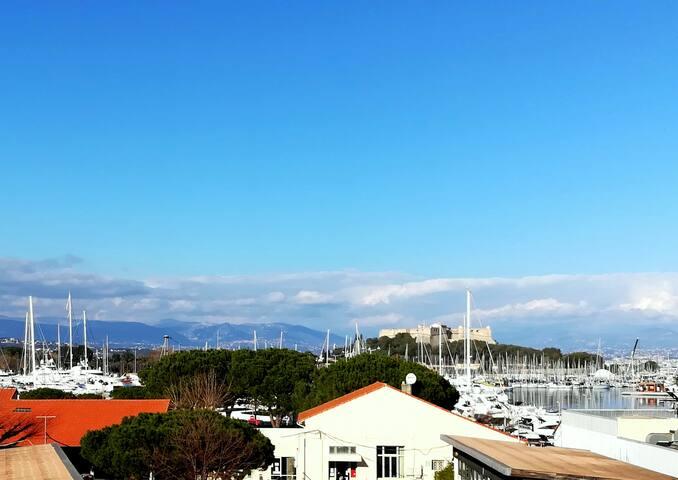 2P dans le vieil Antibes avec balcon sur la marina