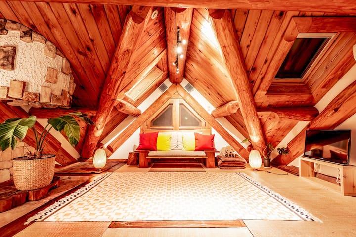 河津ログハウス 桜まつり会場目の前!温泉付き一軒家 天窓のある開放的なリビングで山小屋気分。