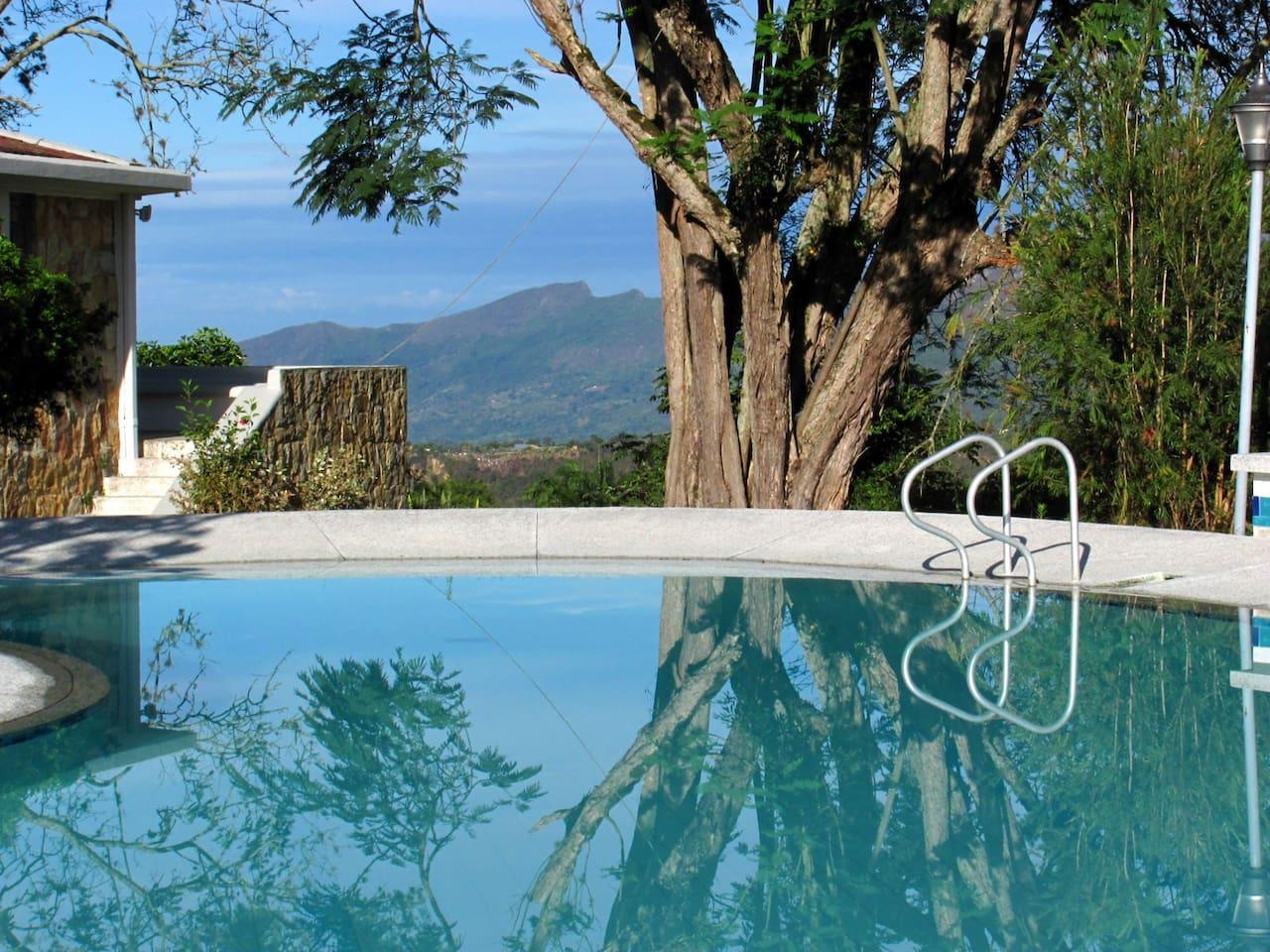 Piscina y casa de arquitectura propia de los años 50 sobre 8 hectáreas de bosques y jardines con vista al paisaje montañoso