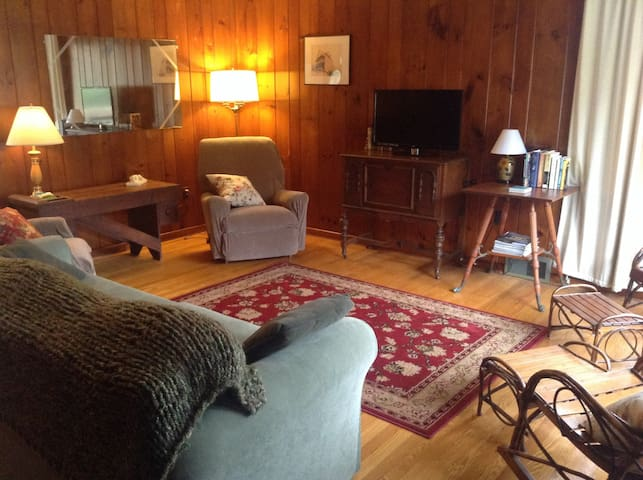 Comfortable Vintage Johnstown 2 BR