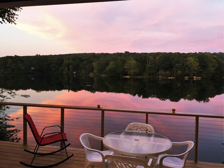 Lake Cottage with Double Deck- 10 min. to Mystic!