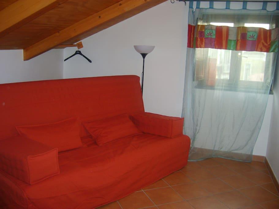 camera con divano letto chiuso
