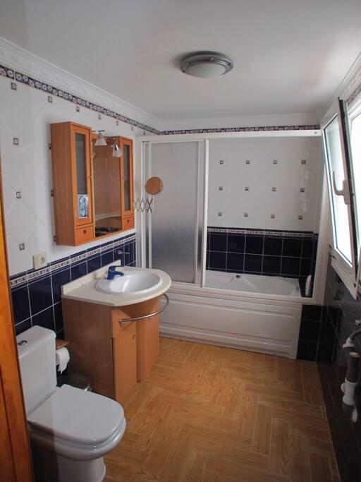Baño con lavadora y secadora