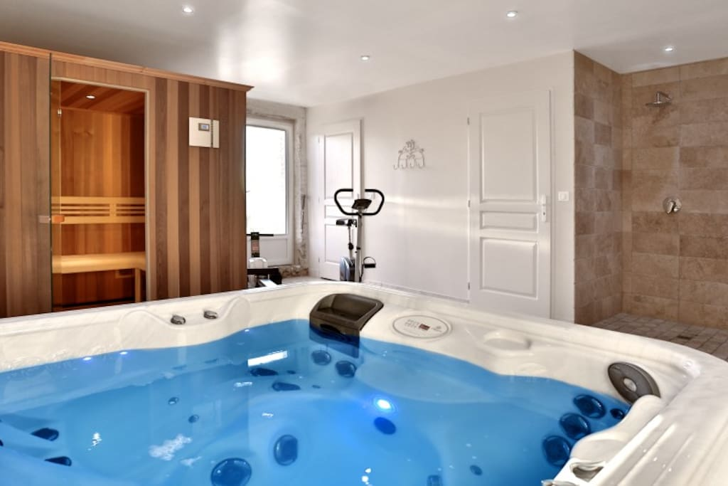 Relaxation area with jacuzzi, Sauna and workout bike