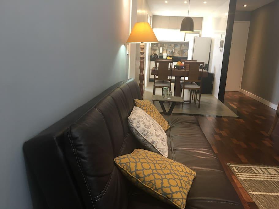 Ambientes abertos com ar condicionado split.