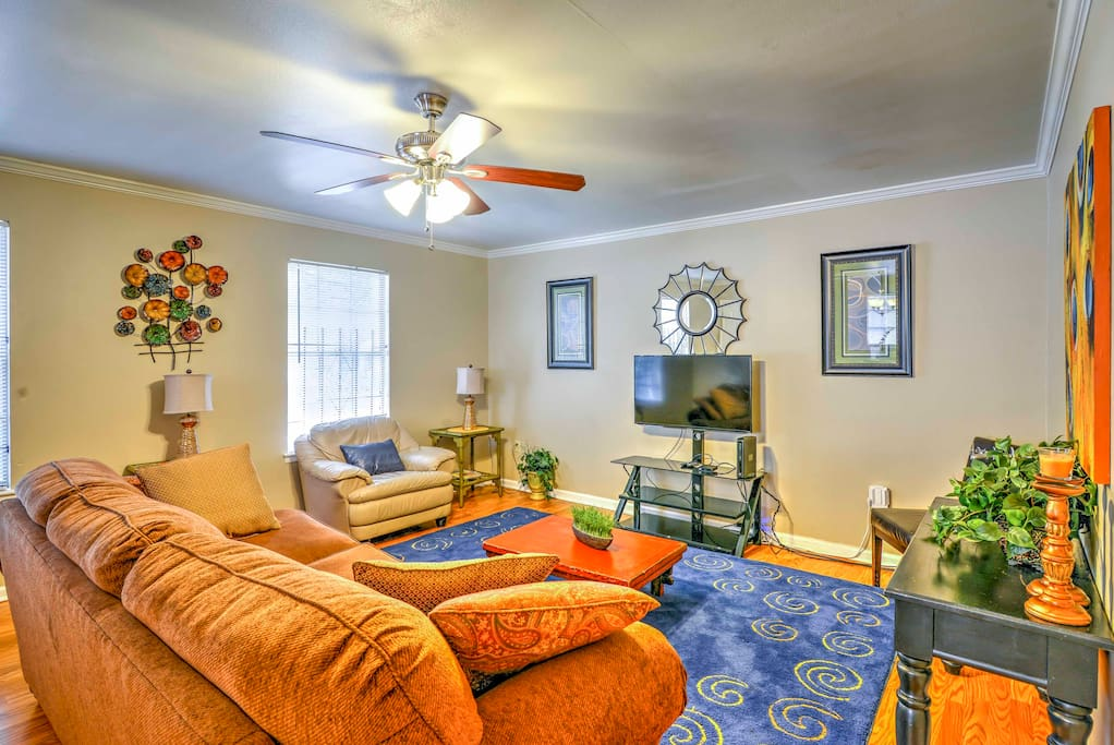 This quaint condo offers 8 lucky guests a warm, inviting interior that is beautifully furnished.
