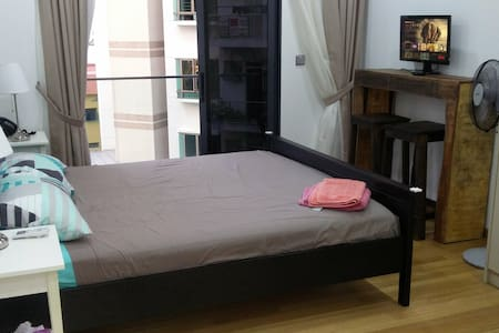 King studio bedroom: walk to train, shops & bars