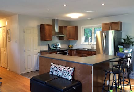Upscale & modern perfect location - Fredericton - Talo