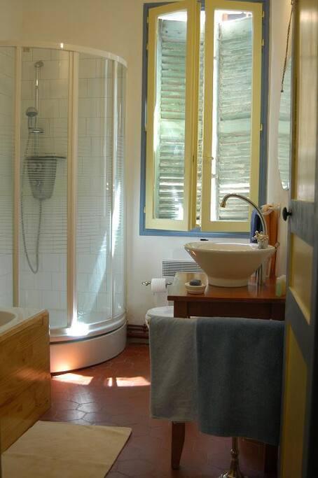 Badkamer, wastafel, douche en ligbad