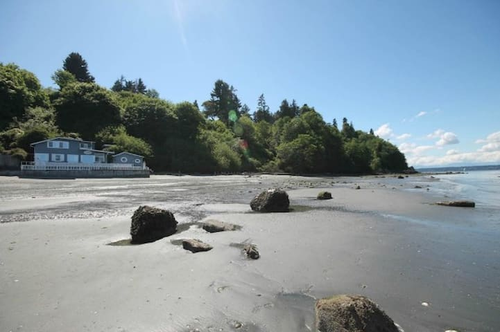 Ferry Landing Inn at low tide
