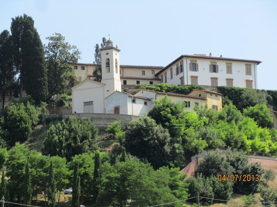 esterno castello sulla cima della collina