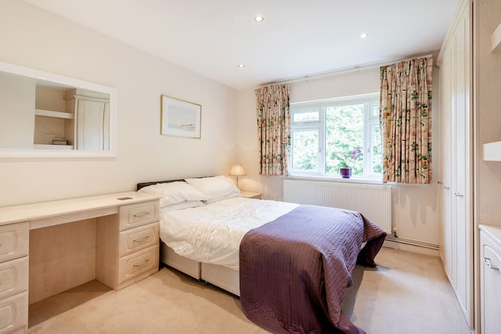 Double room with en-suite shower in Stanmore