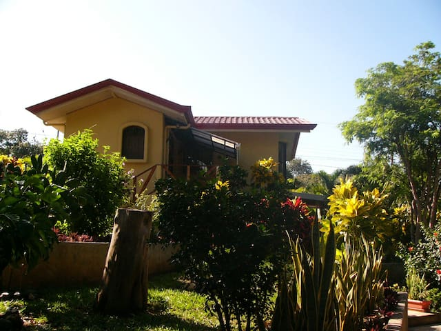 B&B in a lush tropical garden! - Carrillo - Bed & Breakfast