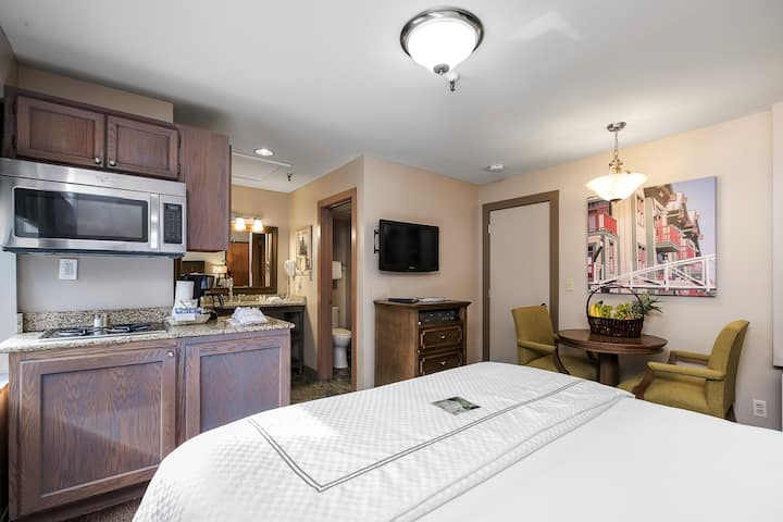 Lovely Studio at Park Plaza in Prospector Square!