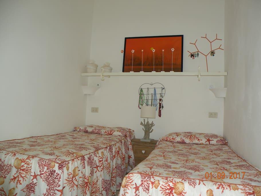prima camera da letto con armadio scarpiera e ventilatore a pale a soffitto