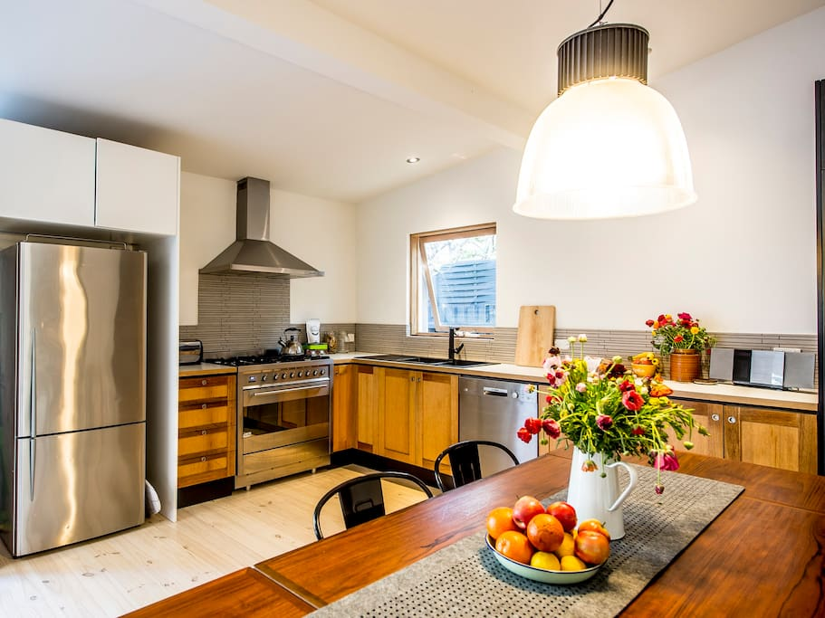 FRONT HOUSE / Great kitchen with everything you need to cook up a storm!