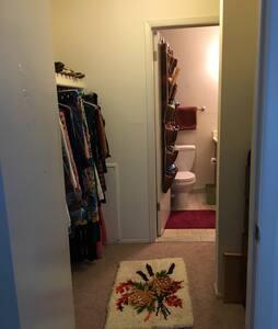Master bedroom in a cozy apartment - Ypsilanti - Apartment
