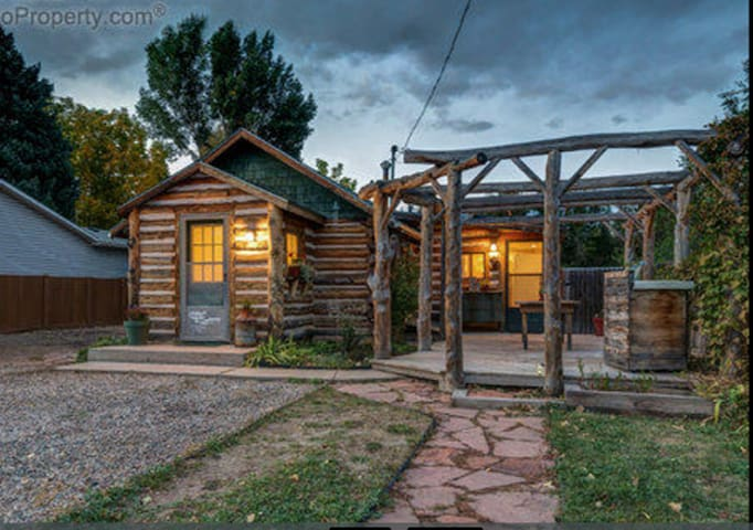Cozy 2 bedroom log cabin 5 minutes from Old Town! - Fort Collins - Rumah