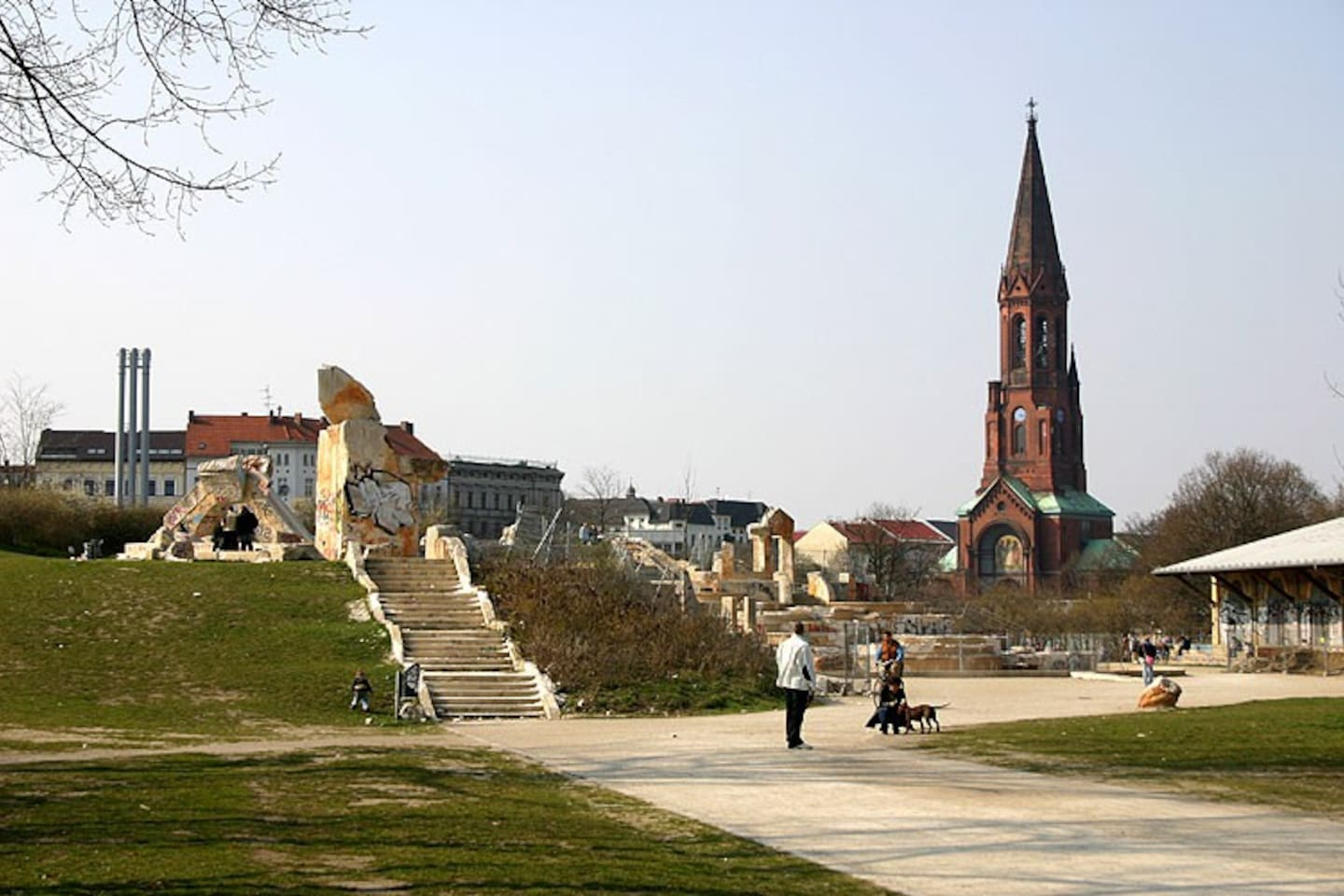 Görlitzer Park,well known for summer barbecues and open-air events is just at 3 minutes waking from the flat!