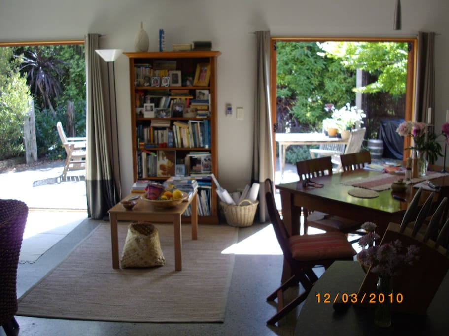 High round ceiling all day sun, 2 French doors to BBQ area and vegetable garden. 5min walk to beaches, restaurants and wharf/ferry