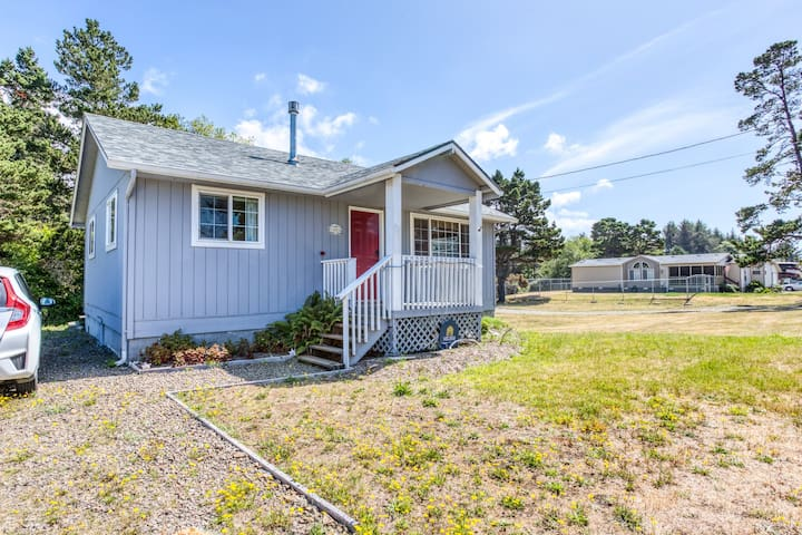 Charming, dog-friendly beach cabin w/ a full kitchen & great location!
