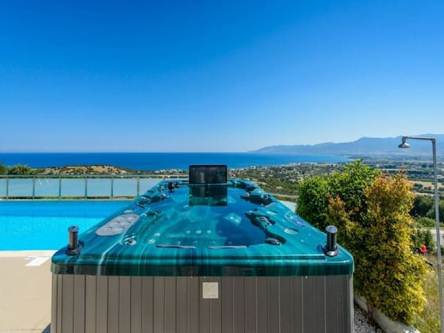 Calypso, 3BDR, Sea Views, Hot Tub