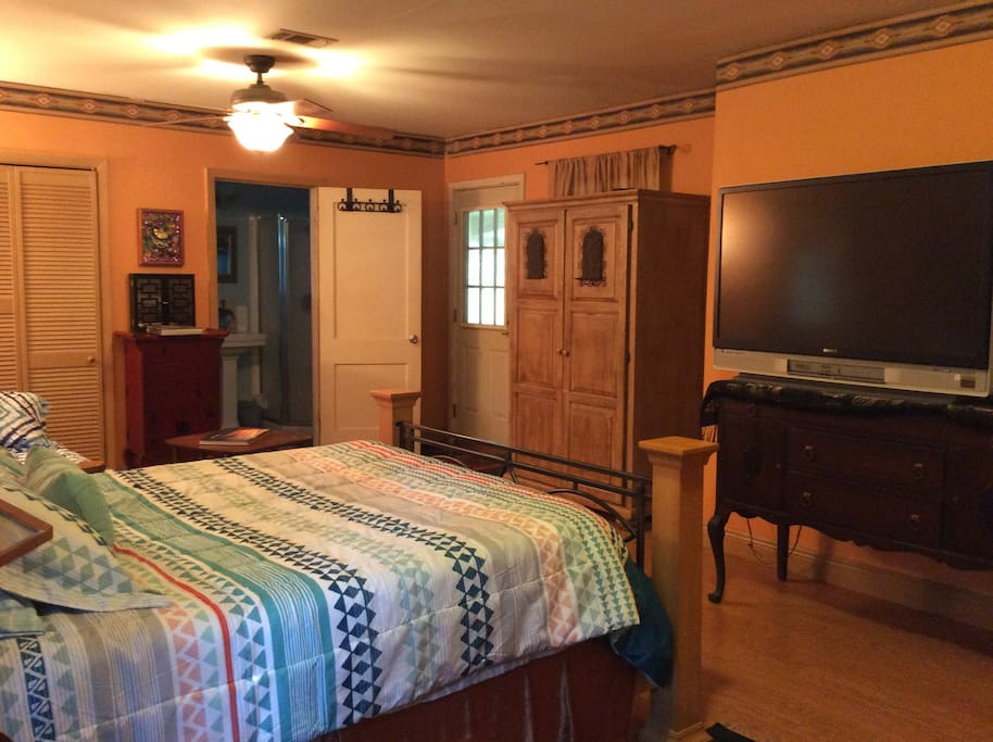 Spacious master bedroom, private entrance, microwave, fridge, coffee maker.big screen tv, with direct tv channels.