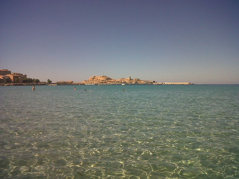 vue de l ILE  ROUSSE , de la plage
