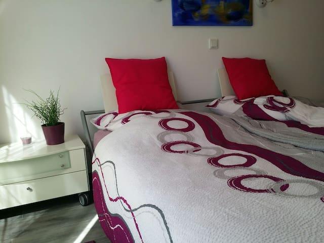 Zimmer mit Doppelbett 1.80mx210m von Hülsta