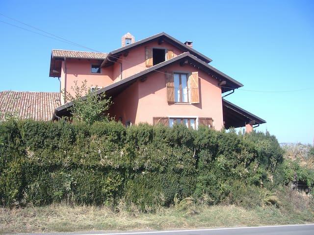 La cascina con i tetti a più livelli