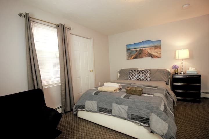 Private room Spacious queen bed near Clark U.