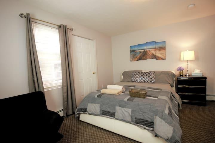 Private room Spacious queen bed near Clark U.
