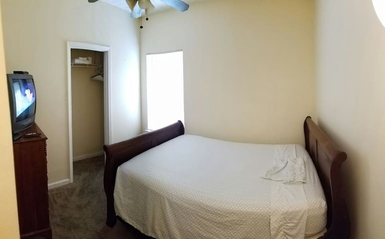 L1-Queen bed, private room, 24hr