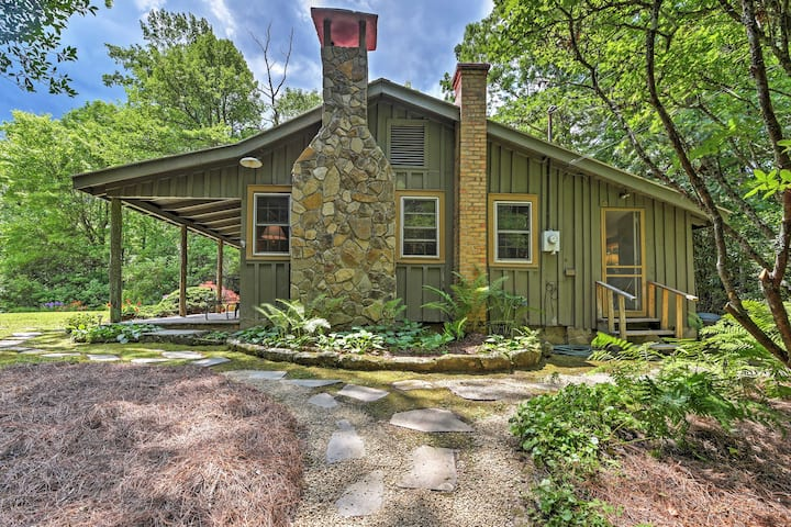 Charming Cottage w/ Deck - 1 ½ Miles to Downtown!